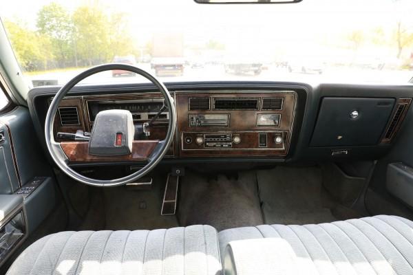 po-pojas-derevjannyj-opyt-vladenija-oldsmobile-custom-cruiser-1983-goda-9182819